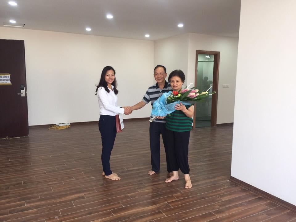 Khách hàng ưng ý nhận nhà sau khi cho thuê căn hộ Luxcity Officetel quận 7